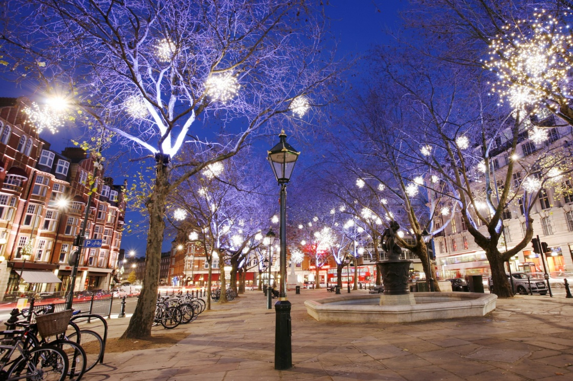 'Christmas Lights Display on Sloane Square in Chelsea, London. The modern colorful Christmas lights attract and encourage people to the street.' - Λονδίνο